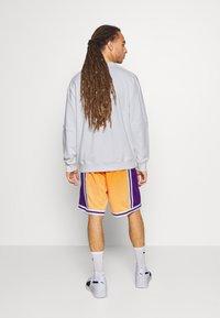 Mitchell & Ness - LOS ANGELES LAKERS NBA FADED SWINGMAN SHORTS - Short de sport - light gold - 2