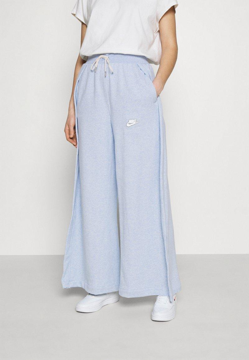 Nike Sportswear - PANT EARTH - Pantalon de survêtement - armory blue/heather/white
