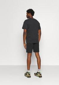 pinqponq - UNISEX - T-shirt basic - peat black - 2