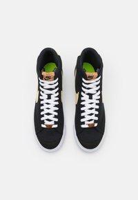 Nike Sportswear - BLAZER MID '77 UNISEX - Baskets montantes - black/solar flare/white/volt - 7