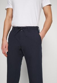 Marc O'Polo - TAPERED FIT - Trousers - total eclipse - 3