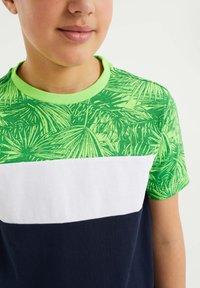 WE Fashion - MET COLOURBLOCK - Print T-shirt - green - 2