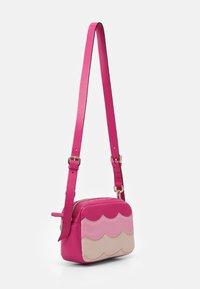 Red V - SCALLOP BLOCK CAMERA - Taška spříčným popruhem - glossy pink/peach/blossom nude - 1