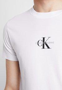 Calvin Klein Jeans - CENTERED MONOGRAM SLIM TEE - T-shirt med print - bright white - 5