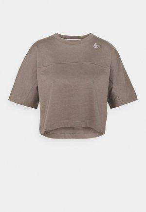 LOGO TAPE CROP TEE - Print T-shirt - dusty brown