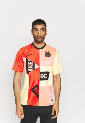 FC HOME - Print T-shirt - habanero red