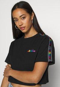Ellesse - CURVA - Print T-shirt - black - 5