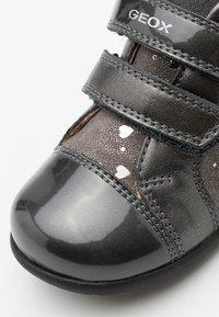 Geox - KAYTAN - Baby shoes - dark grey - 5