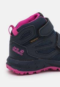 Jack Wolfskin - WOODLAND TEXAPORE MID UNISEX - Hiking shoes - blue/pink - 5