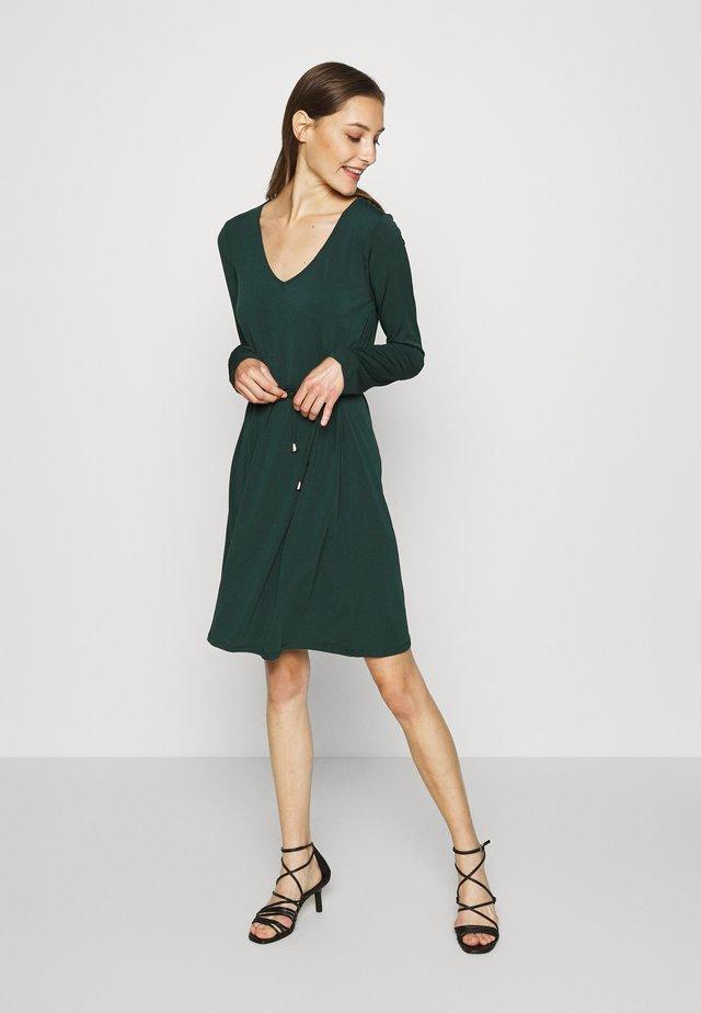 Žerzejové šaty - scarab