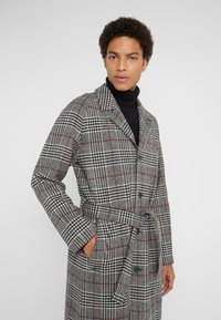 Editions MR - TRISTAN BELTED COAT - Cappotto classico - black/white/ruby - 4