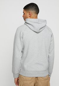 Carhartt WIP - HOODED CHASE  - Sweat à capuche - grey heather/gold - 2