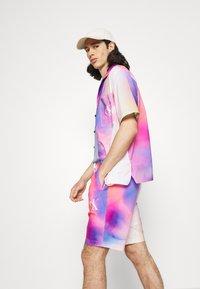 Calvin Klein Jeans - PRIDE SHORT UNISEX - Shorts - multicoloured - 3