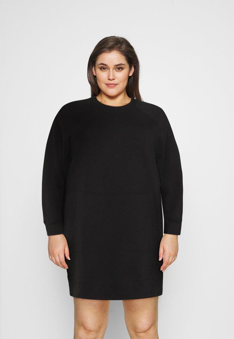 Noisy May Curve - NMLUPA KANGAROO DRESS - Denní šaty - black