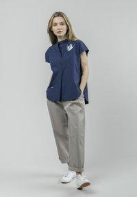 Brava Fabrics - CRANE FOR LUCK ESSENTIAL - Bluzka - blue - 1