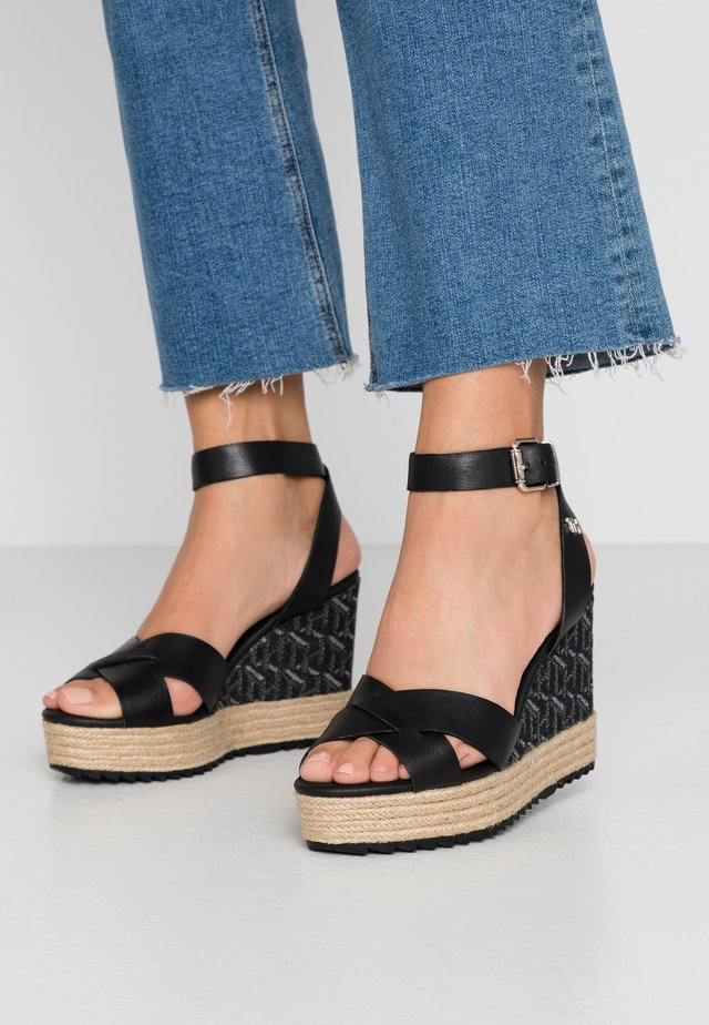TH RAFFIA HIGH WEDGE SANDAL - Sandalias de tacón - black