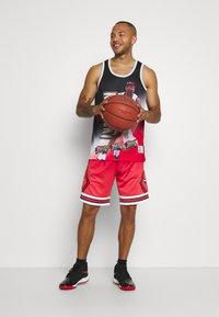 Mitchell & Ness - NBA CHICAGO BULLS NBA OLD ENGLISH FADED SWINGMAN - Sportovní kraťasy - red - 1