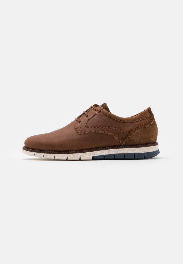 MATHEUS - Chaussures à lacets - cognac/navy