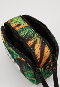 Versace Jeans Couture - JUNGLE PRINT CAMERA - Umhängetasche - multicoloured - 4