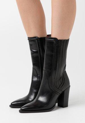 NEW AMERICANA - Kozačky na vysokém podpatku - black