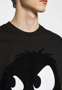 McQ Alexander McQueen - MONSTER DROPPED SHOULDER - Print T-shirt - black - 5