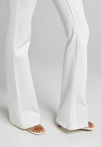 Bershka - FIVE-POCKET-DESIGN  - Jeans bootcut - white - 3