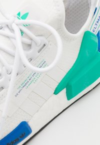 adidas Originals - NMD_R1.V2 BOOST SPORTS INSPIRED SHOES UNISEX - Sneakers - footwear white/core black - 5