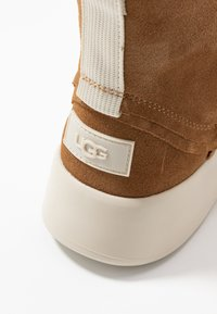 UGG - CLASSIC BOOM BOOT - Platform ankle boots - chestnut - 2