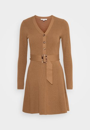 FLARE DRESS - Sukienka dzianinowa - camel