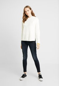 Tommy Jeans - SIDE SLIT CREW - Pullover - snow white - 1