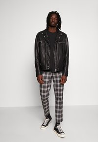 Burton Menswear London - CHECK - Kalhoty - black - 1
