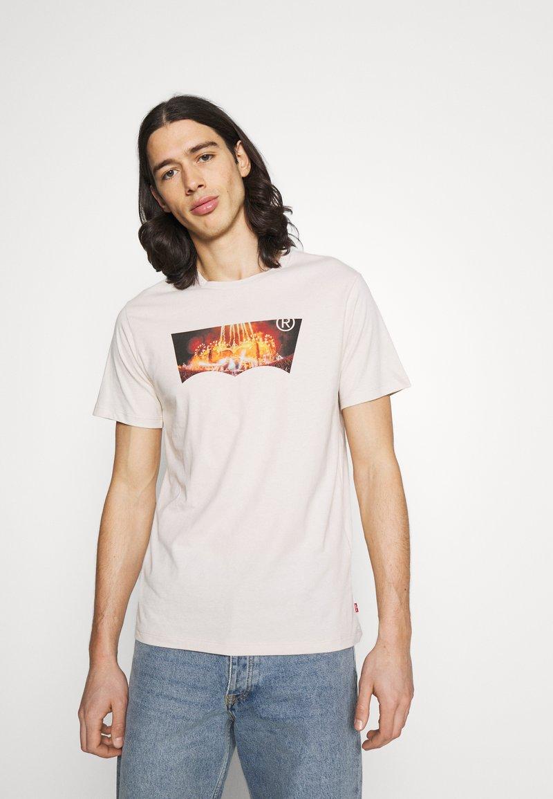 Levi's® - HOUSEMARK GRAPHIC TEE UNISEX - T-shirt con stampa - pumice stone