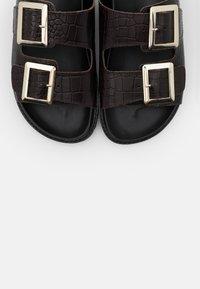 NA-KD - CHUNKY BUCKLE - Domácí obuv - brown - 5