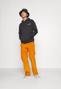 YOURTURN - BOLD SCRIPT HOODIE UNISEX - Sweatshirt - black - 1