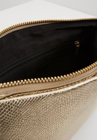 Dorothy Perkins - POUCH COMP - Pochette - gold-coloured - 4