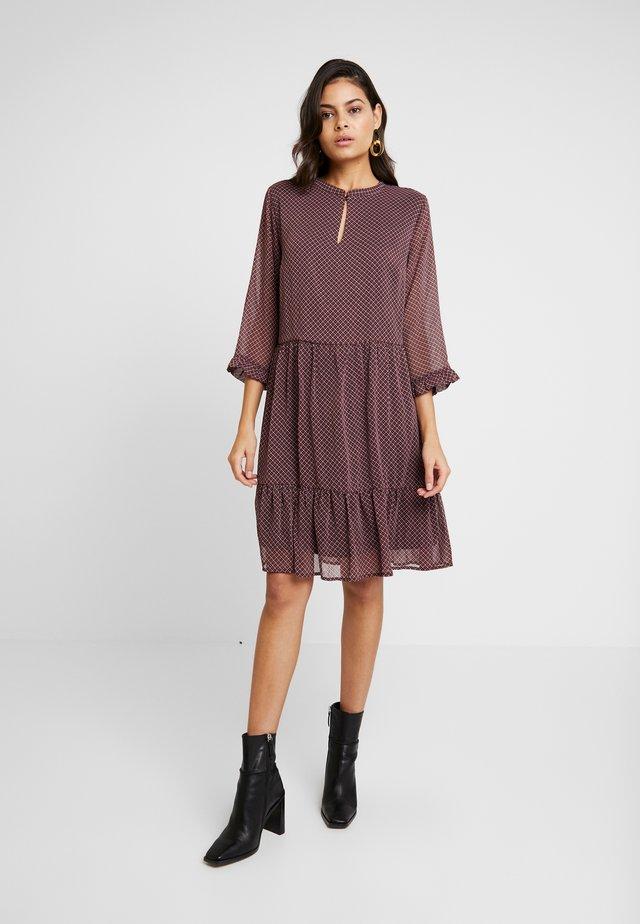 VESTA PRINT DRESS - Sukienka letnia - bordeaux/pink