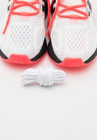 adidas Originals - ZX 2K BOOST SPORTS INSPIRED SHOES UNISEX - Zapatillas - footwear white/core black/signal pink - 5