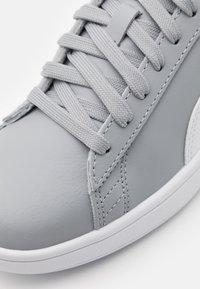 Puma - SMASH UNISEX - Sneakers laag - quarry/white/team gold - 5