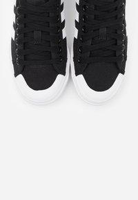 adidas Originals - NIZZA PLATFORM - Joggesko - core black/footwear white - 6