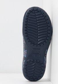 Crocs - FREESAIL FLORALS  - Kapcie - navy - 6
