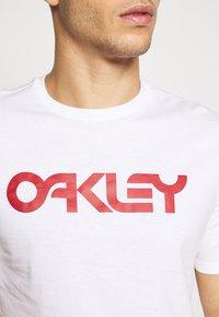 Oakley - MARK II TEE - T-shirt con stampa - white - 5