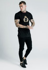 SIKSILK - DANI ALVES EMBOSSED FITTED BOX TEE - T-shirt print - black - 1