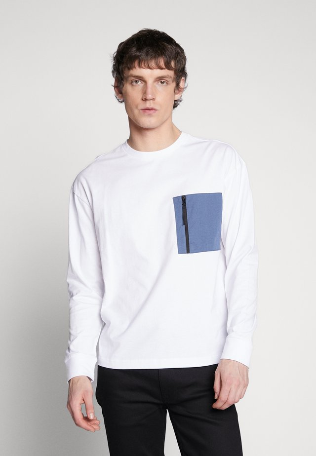 BOXY BIG CONTRAST POCKET - Topper langermet - white