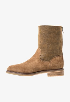 CLARKDALEAXHOT - Classic ankle boots - dark tan