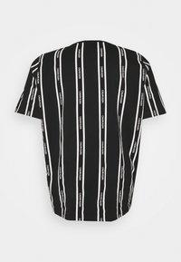 Calvin Klein - VERTICAL LOGO STRIPE - T-shirt med print - black - 6