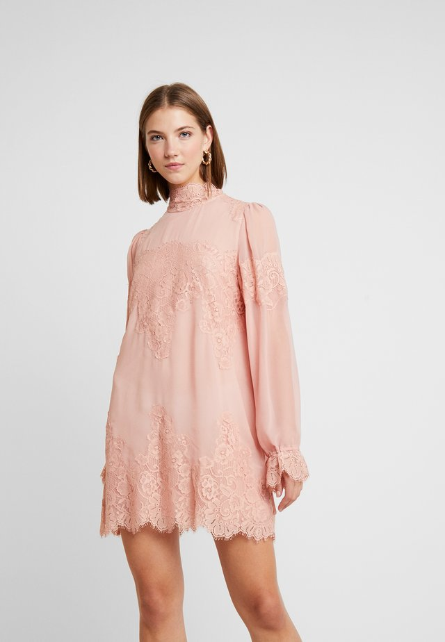 QUEEN A DAY DRESS - Robe de soirée - copper/rose