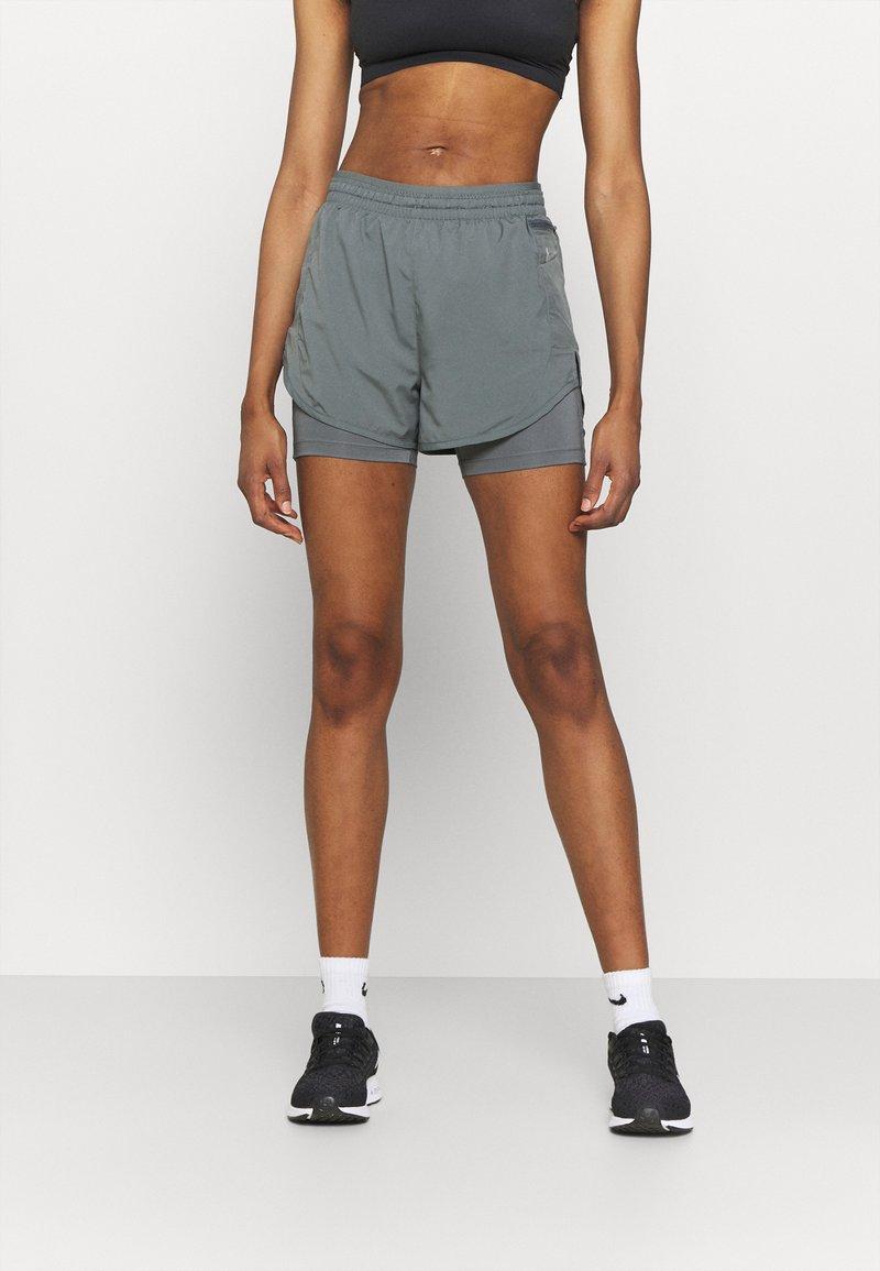 Nike Performance - TEMPO LUXE SHORT - Korte broeken - smoke grey