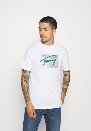 FADED FLAG SCRIPT TEE UNISEX - T-shirt med print - white