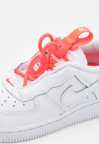 Nike Sportswear - FORCE 1 TOGGLE UNISEX - Baskets basses - white/bright crimson/high voltage - 5