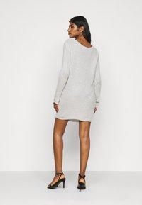 Missguided Petite - AYVAN OFF SHOULDER JUMPER DRESS - Sukienka dzianinowa - light grey - 2